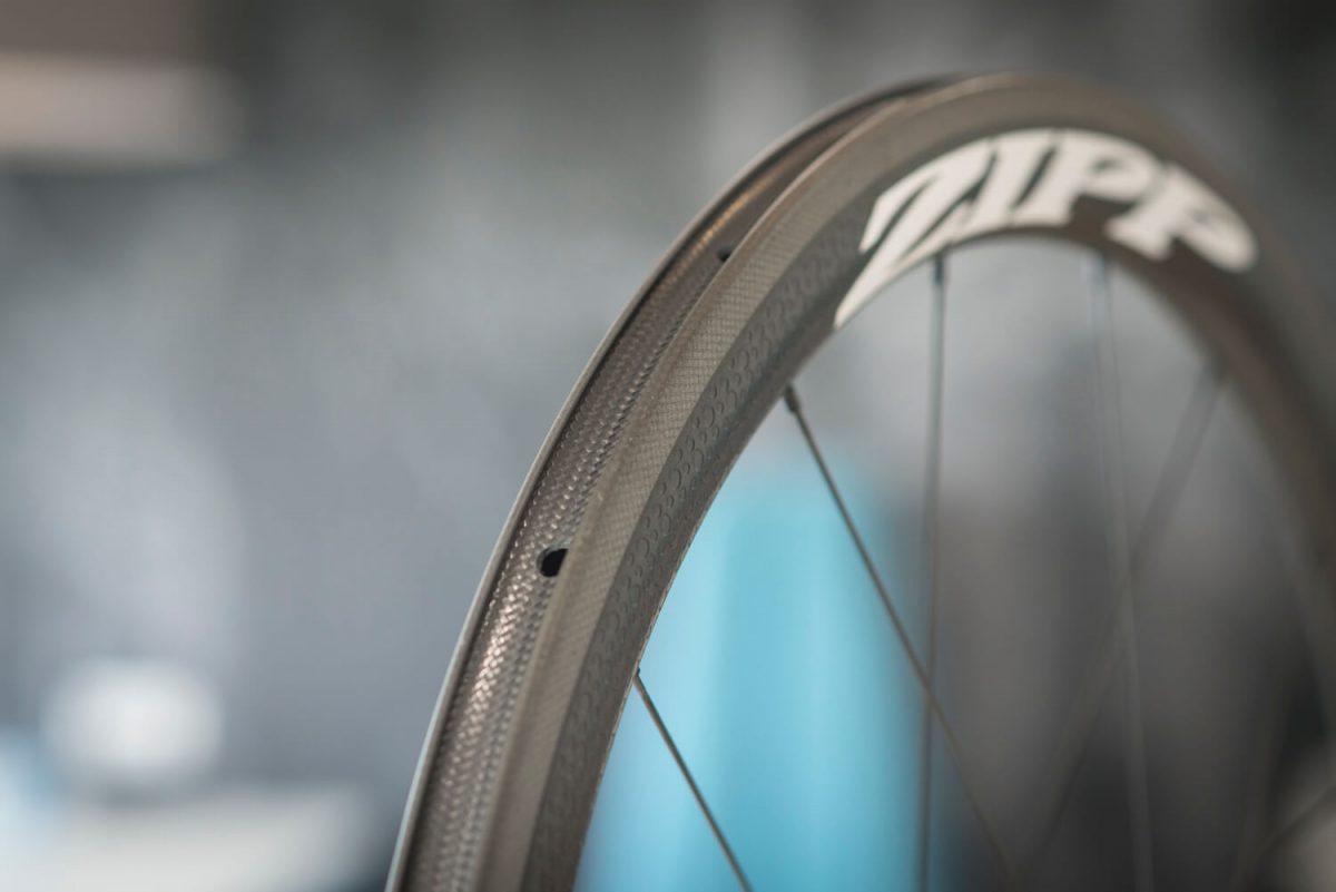 De remrand van deze Zipp-wielen is goed zichtbaar.