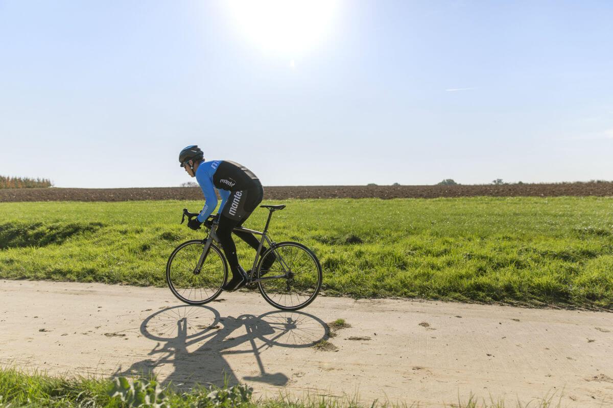 Fietsen in Friesland betekent fietsen in de polder. Nu maar hopen dat de wind gunstig staat.