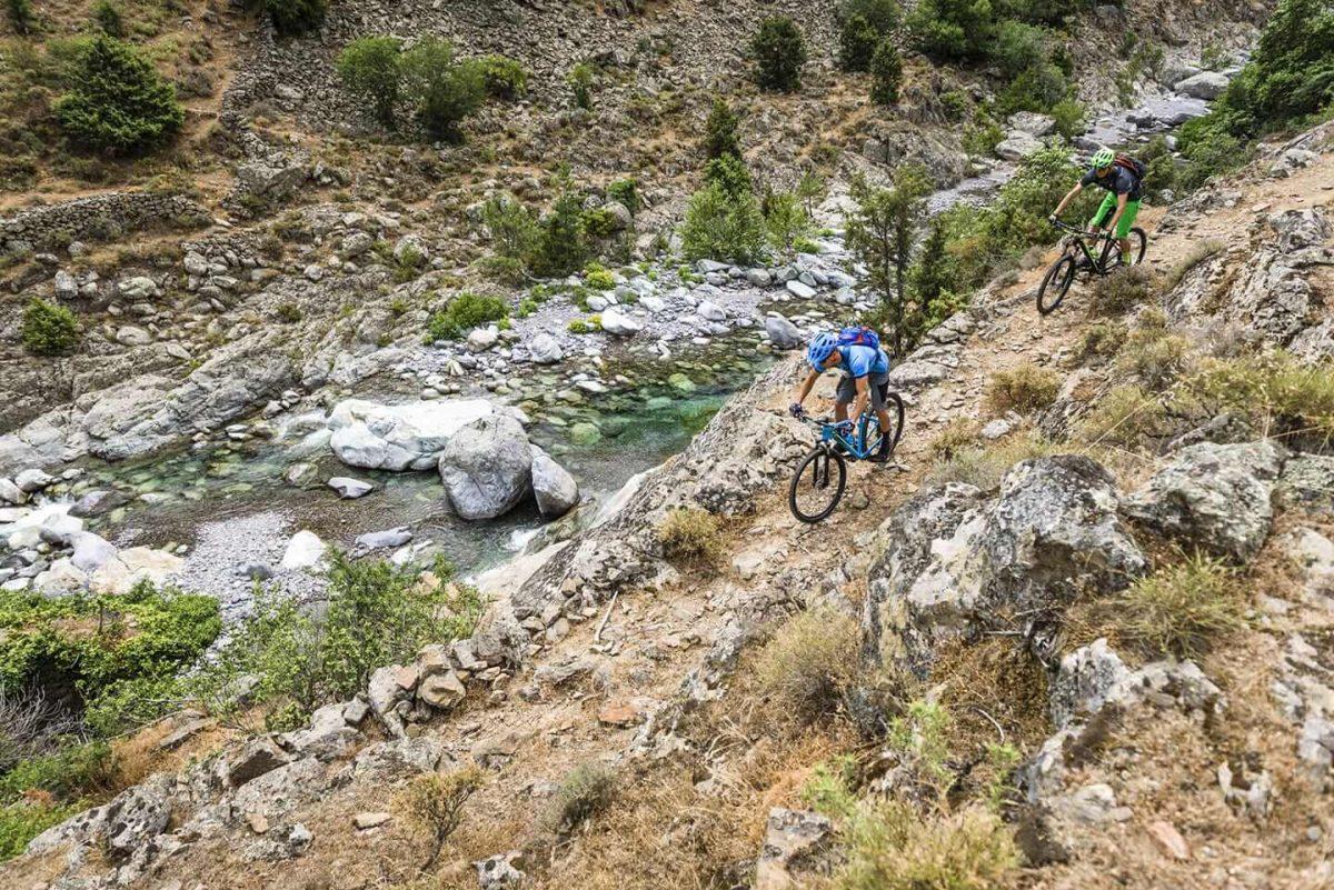 Auf dem Mountainbike kommt man auch mit rauerem Terrain zurecht.