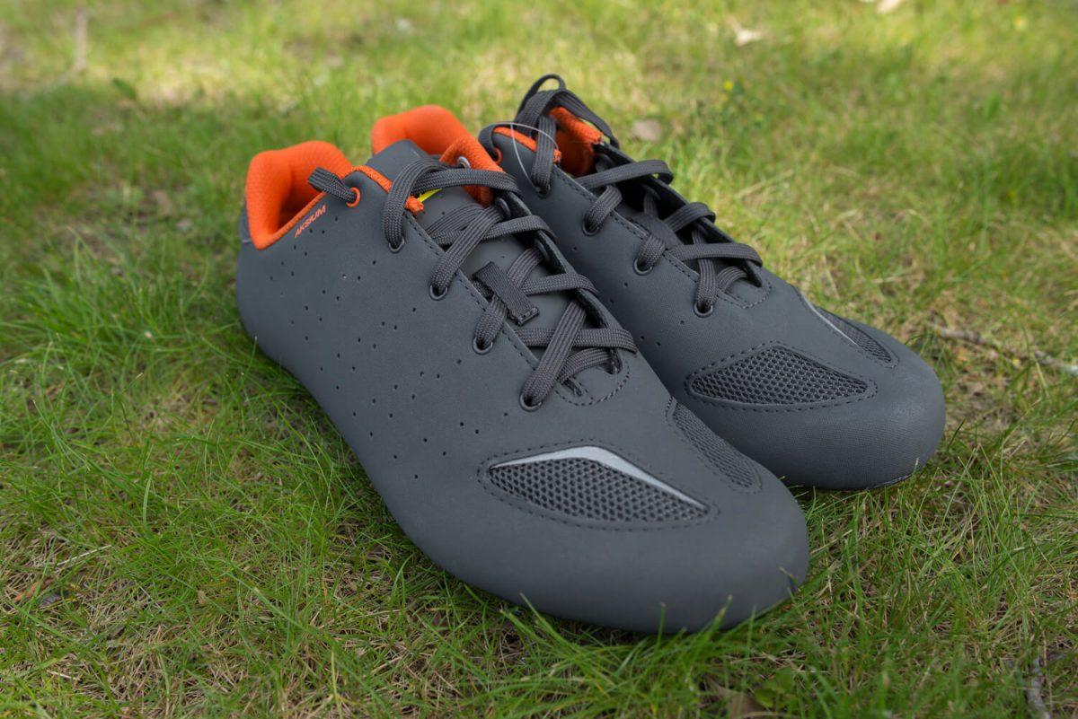 Das Orange harmoniert sehr gut mit den zwei Grautönen auf den Aksium-Schuhen.