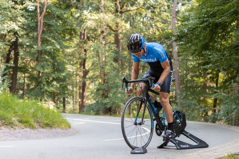 De fiets wordt zonder achterwiel gemonteerd op de fietstrainer. Hierdoor ontstaat er een ongekend realistisch gevoel.