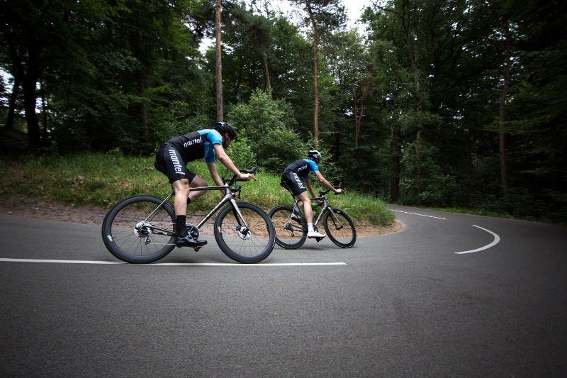 Rijden met een lagere bandenspanning zorgt voor een zekerder gevoel in de bochten.