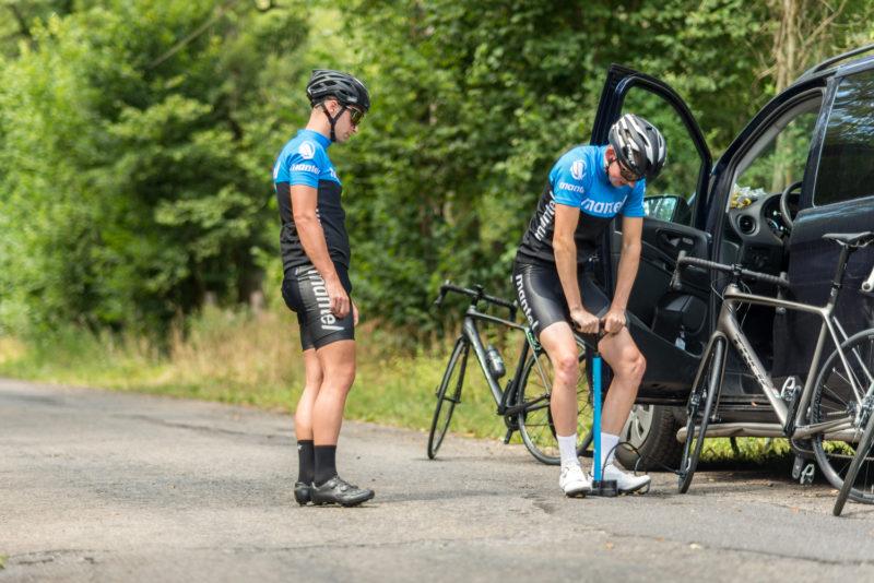 Er is vast wel iemand die je kan helpen bij het verwisselen van je fietsband.