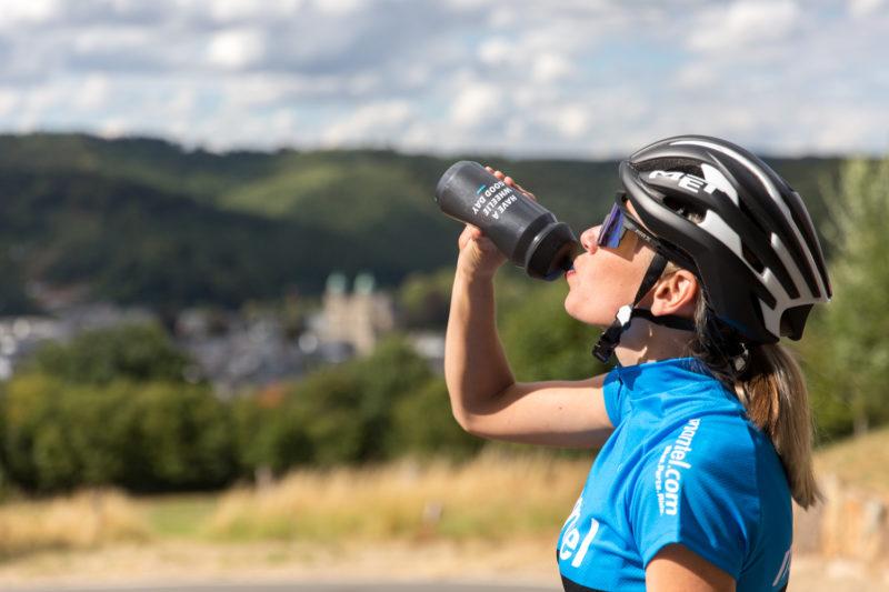 Naast voldoende eten is het ook erg belangrijk dat je tijdens het fietsen je vocht aanvult.