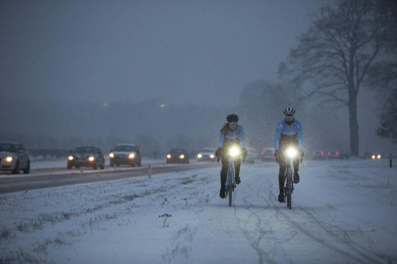 Met goede fietsverlichting kun je ook in het donker fietsen.