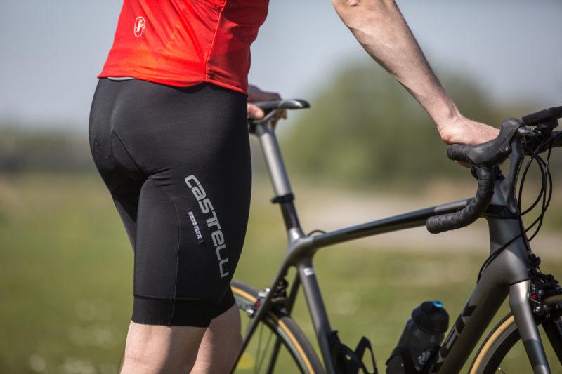 Met een goede fietsbroek met zeem fiets je een heel stuk aangenamer.
