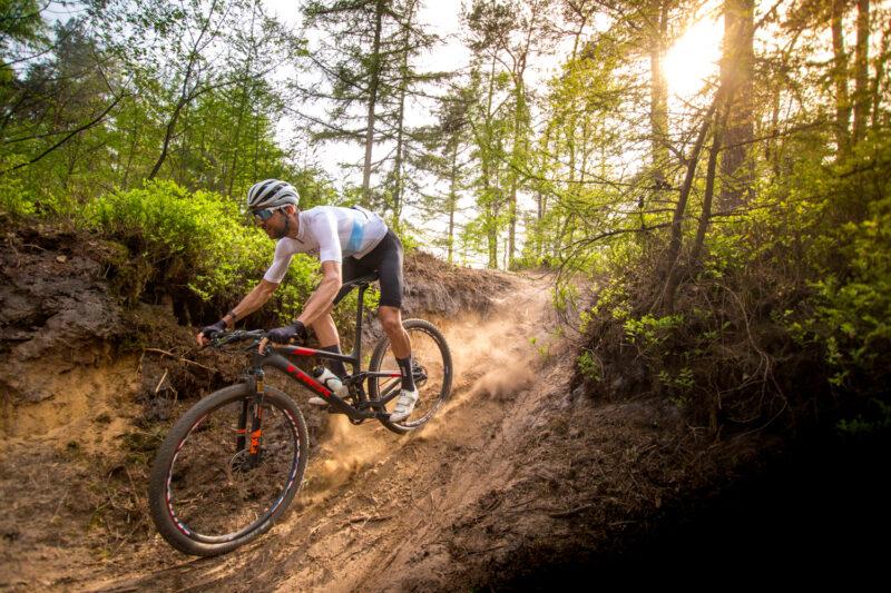 race fiets helm op mountainbike