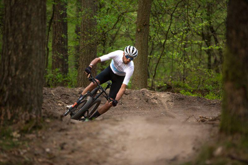 Door je core goed te trainen houd je het langer vol op de fiets, vooral als het parcours wat uitdagender is.