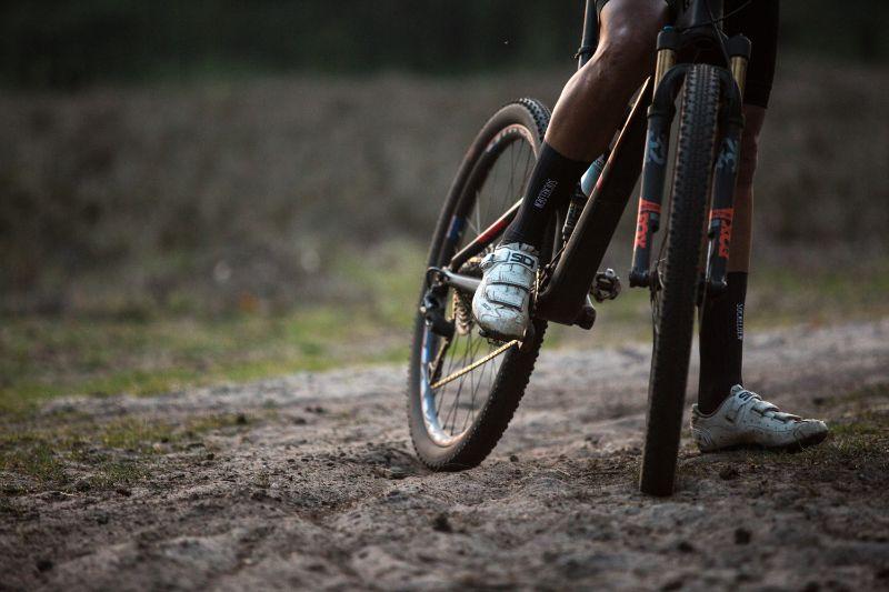 Door tubeless te rijden met een lage bandenspanning is het een stuk sneller door rul zand racen.
