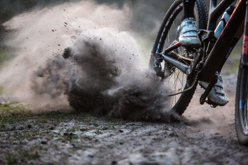 Vol in de remmen om een andere mountainbiker te ontwijken. Daar zit je niet op te wachten in de finale van een marathon.