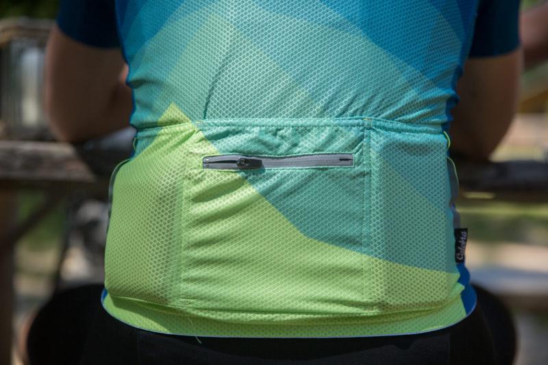 Frisjes of kans op regen? Een regenjas voor wielrenners is vaak erg licht en prop je zo in een achterzakje.