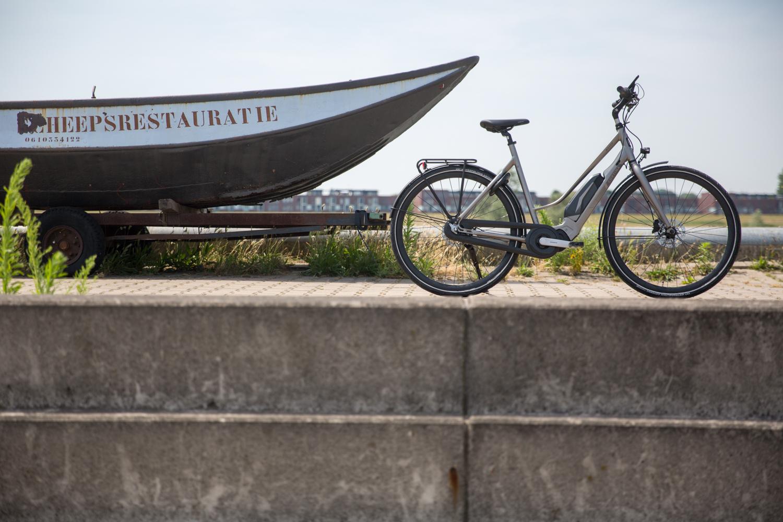 Een strakke en moderne elektrische fiets, de Cortina E-Mozzo.