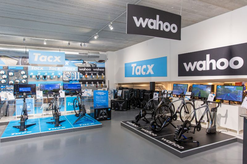 Voor ieder wat wils, er is veel keus in fietstrainers. Een interactieve fietstrainer met bijvoorbeeld Zwift is een goede motivator.