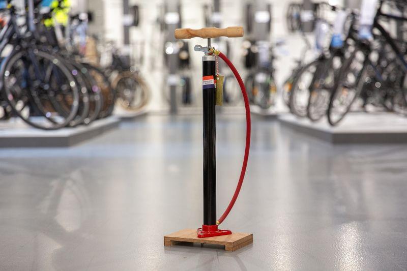 De klassieke Hollandse fietspomp. Wie herkent deze nou niet?