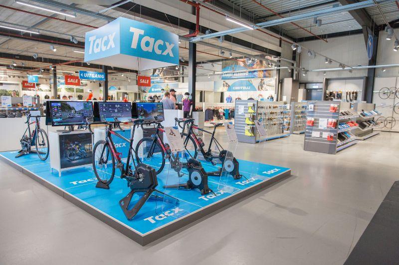 De fietstrainers staan klaar om gebruikt te worden. Alle interactieve Tacx fietstrainers zijn te gebruiken in combinatie met Zwift.