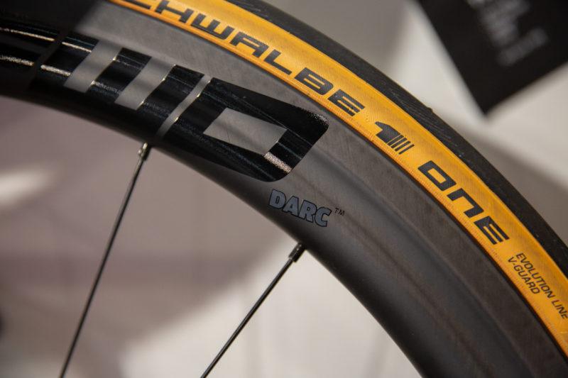 Een halfhoge velg zorgt voor een aerodynamisch voordeel ten opzichte van een lage velg.