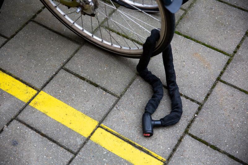 maak je fiets vast aan de 'vaste wereld'