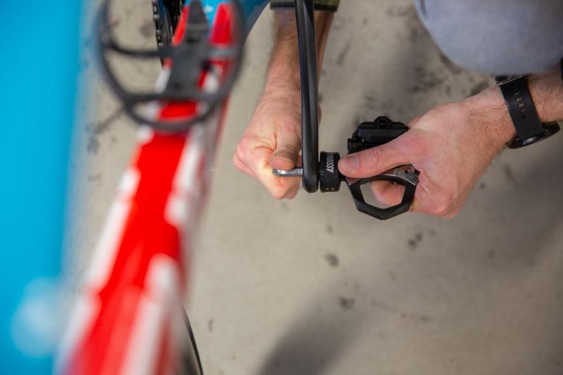 Het monteren van de Favero Assioma DUO powermeter pedalen