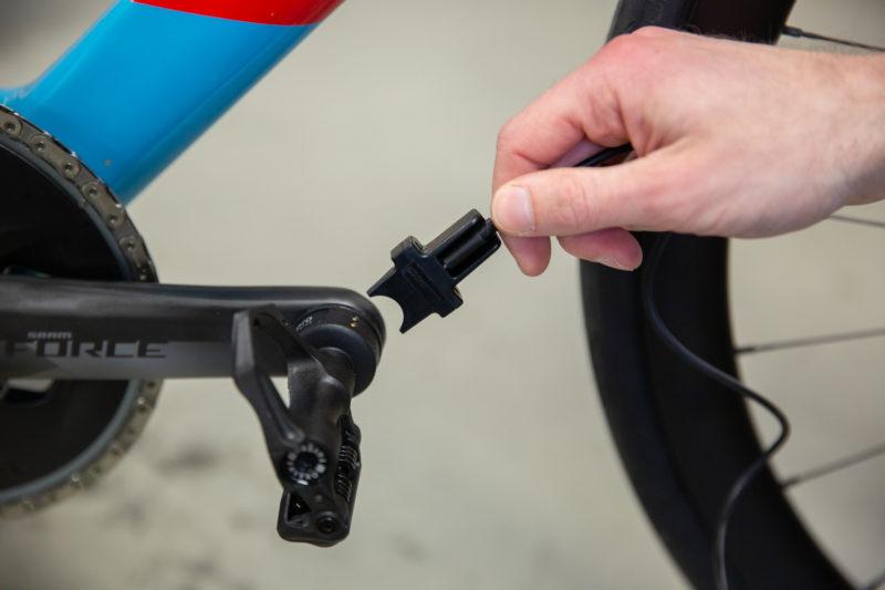 De Favero Assioma DUO powermeter pedalen kun je gemakkelijk opladen terwijl ze nog op je fiets gemonteerd zijn.