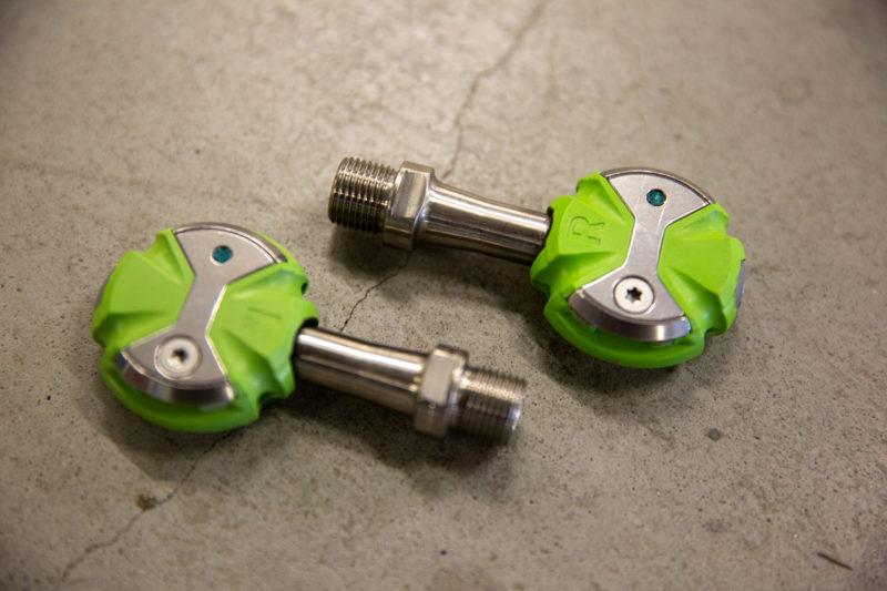 Het Speedplay klikpedaal ziet er met zijn ronde vorm heel anders uit dan de andere racefiets pedalen.