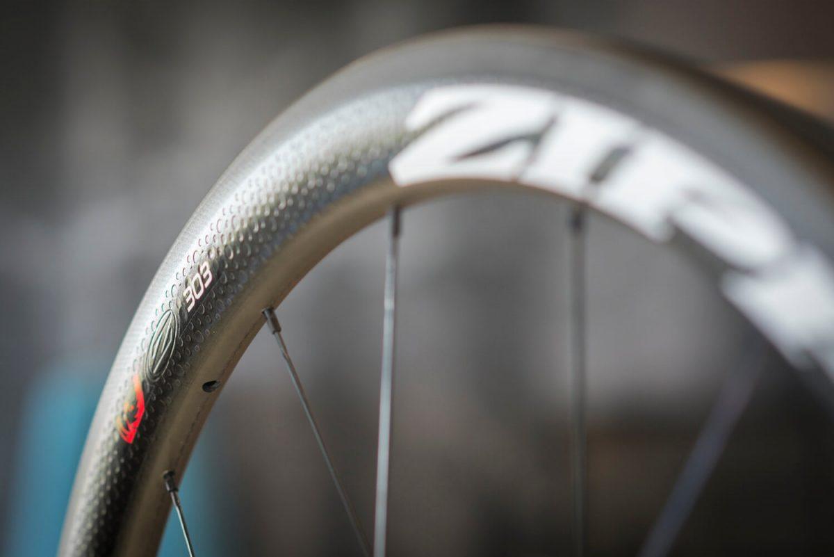 De dimples op de Zipp wielen zorgen ervoor dat je minder last hebt van wind.