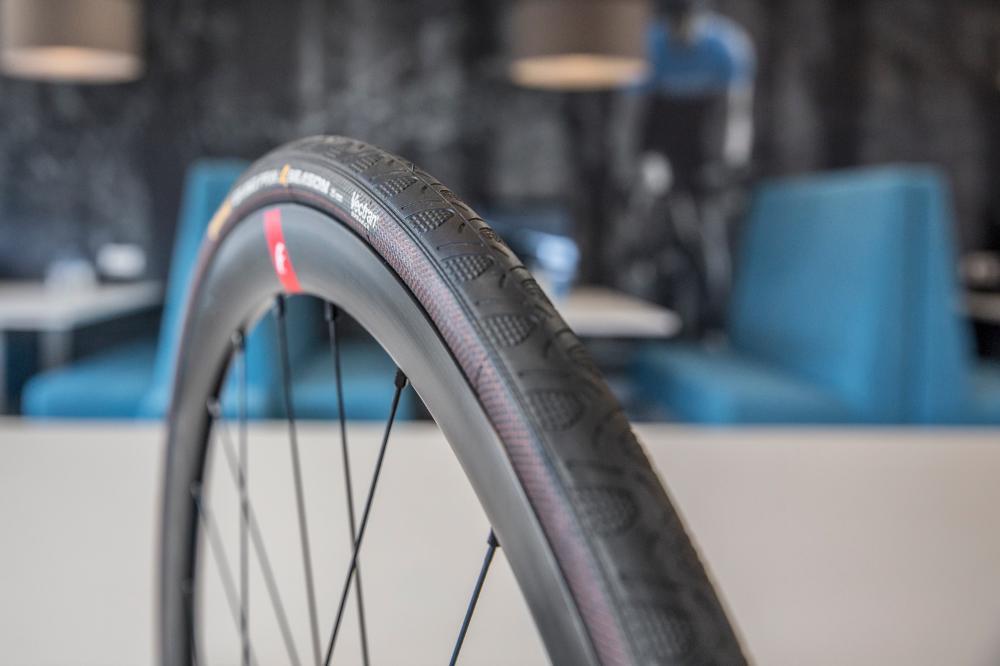 Continental était le premier fabricant de pneus de vélo de route à avoir lancé un vrai pneu 4 saisons. Et pour beaucoup de cyclistes, il est toujours le choix numéro un.