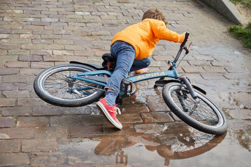 Fietsen leer je met vallen en opstaan op kinderfietsen.