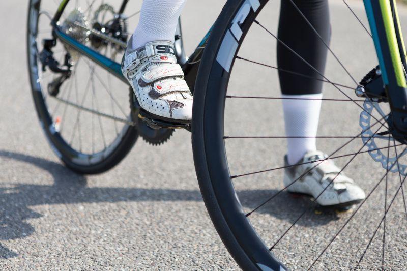 Een racefiets schoen met een stijve zool zorgt voor een efficiëntere krachtoverbrenging.