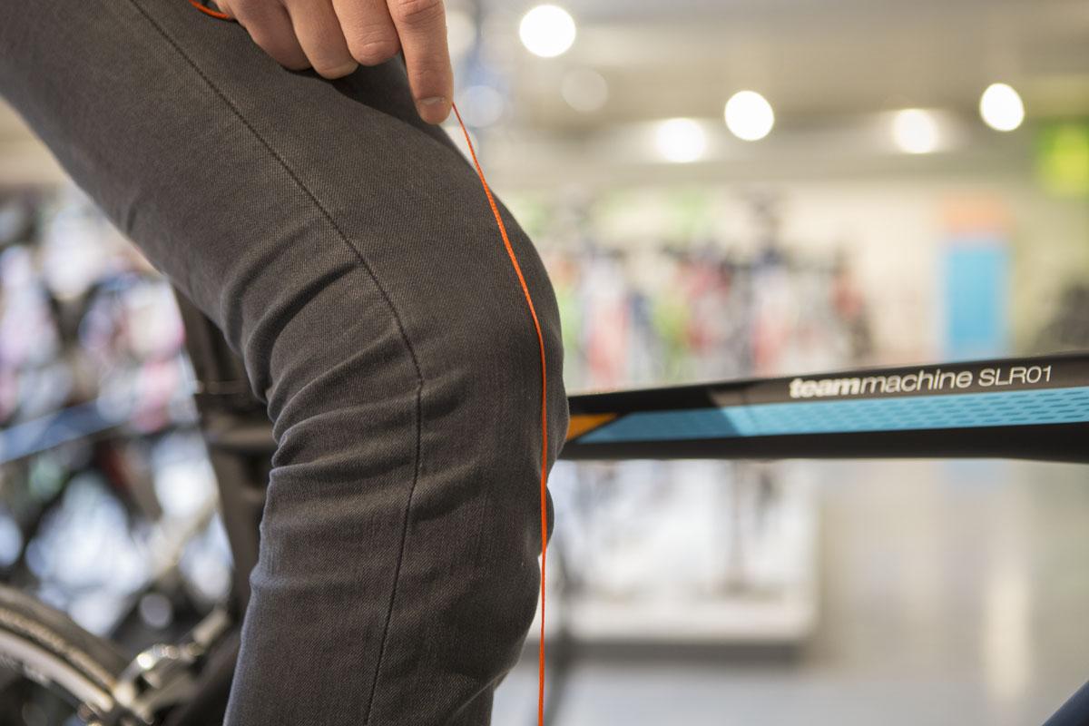Passez un fil à plomb par-dessus votre genou et laissez-le tomber jusqu'au niveau de la pédale.