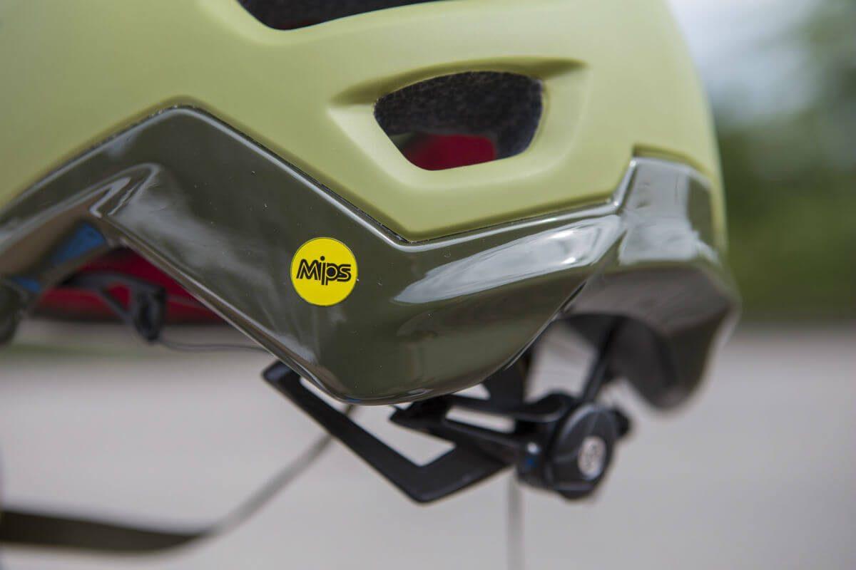 Een fietshelm met MIPS is altijd te herkennen aan het opvallende gele logo.