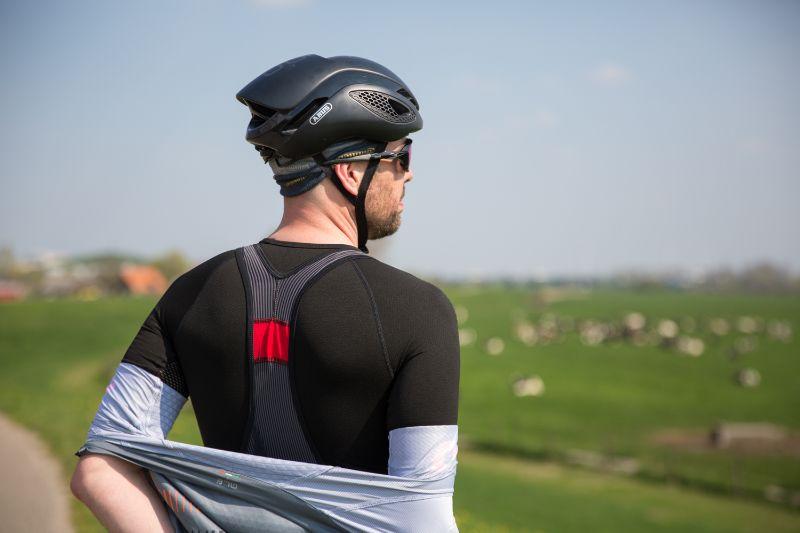 De bretels splitsen pas helemaal bovenaan op je rug, dat zorgt voor ene lekke comfortabele brede band over je rug - Castelli Free Aero Race.