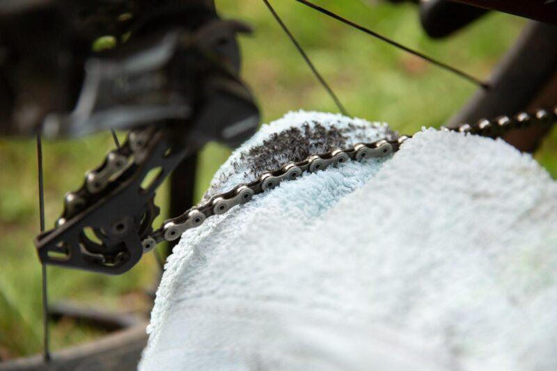 Je fietsketting schoonmaken en smeren is een belangrijk onderdeel van de onderhoudsbeurt aan je stadsfiets.