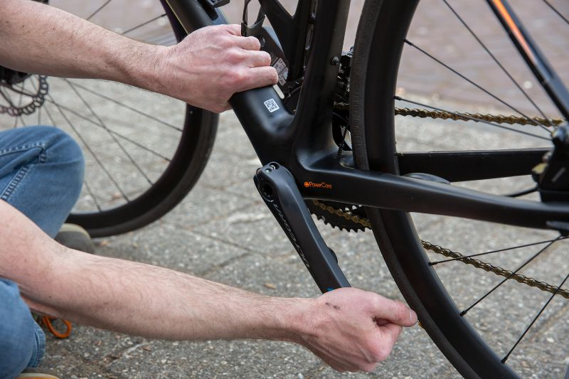 Håll fast cykeln och tryck och dra i vevarmen för att se om det finns glapp.