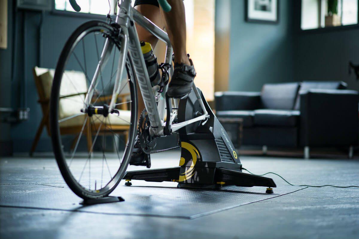 De CycleOps fietstrainers staan goed stabiel dankzij instelbare poten.