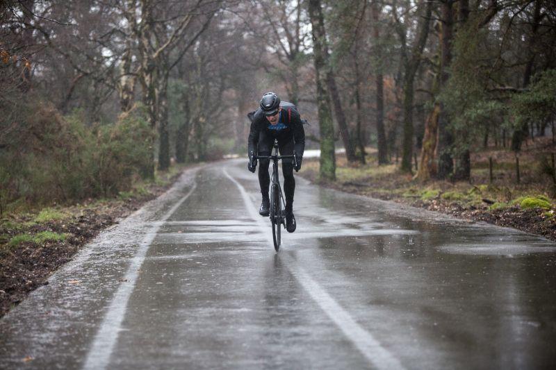 Een waterafstotend fietsjack ademt beter dan een volledig waterdichte fietsjas.