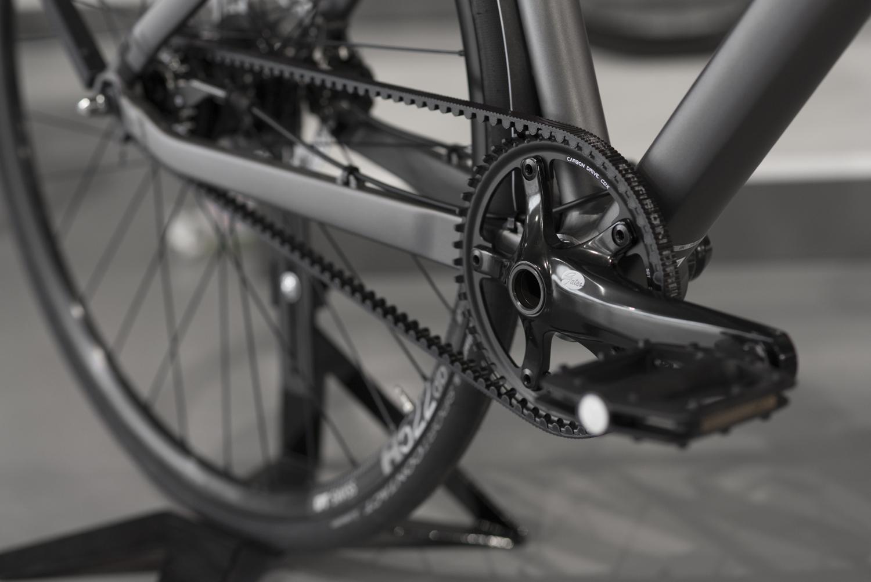 Zusätzlicher Vorteil bei einem Fahrrad mit Riemenantrieb; keine schmutzige Kette, die Flecken an deiner Kleidung hinterlässt!