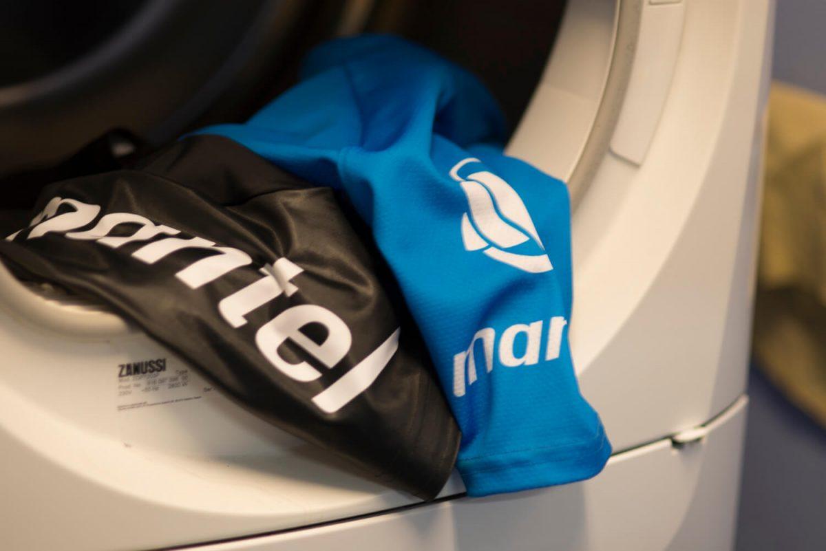 Wassen in de wasmachine mag, maar wel op lage temperatuur.