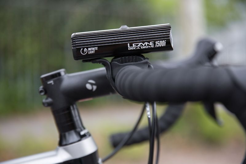 De Lezyne Deca Drive 1500i is de sterkste fietslamp van Lezyne. Door hem aan een accu te hangen kun je net zo lang fietsen als je wilt, ook op maximaal vermogen.