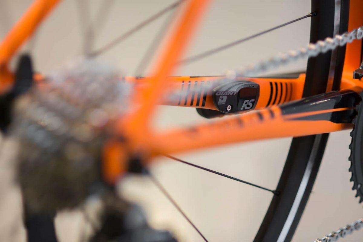 De Giant Ridesense sensoren passen zonder moeite in het frame voor een mooi weggewerkte cadans- en snelheidssensor