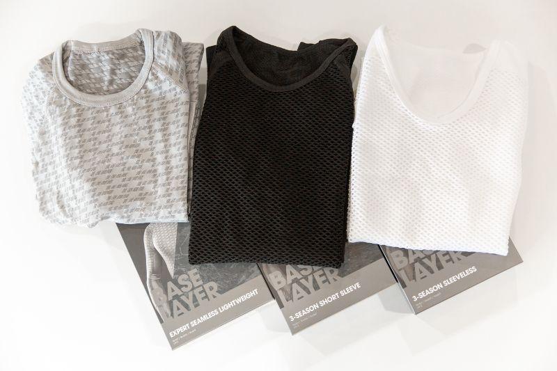 De drie shirts op een rij, klaar voor de weegschaal.