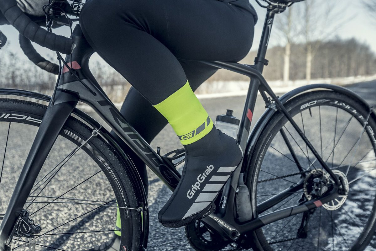 The CyclingGaiter by GripGrab closes off the gap between your leg and shoe covers. Rain will then no longer be able to run down into your shoes.