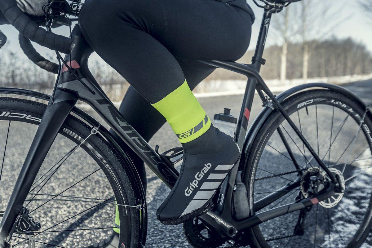 De Cyclingaiter van GripGrab dicht het gat tussen je been en je overschoen. De regen kan dan niet meer van bovenaf in je overschoen lopen.
