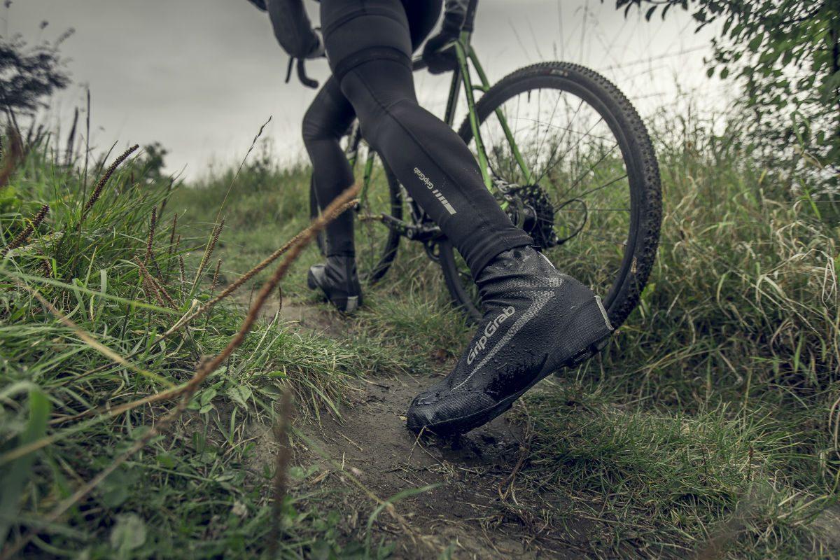 MTB overschoenen hebben vaak een verstevigde neus en hak. Dan kun je met een gerust hart toch even een stukje lopen als fietsen echt niet lukt.