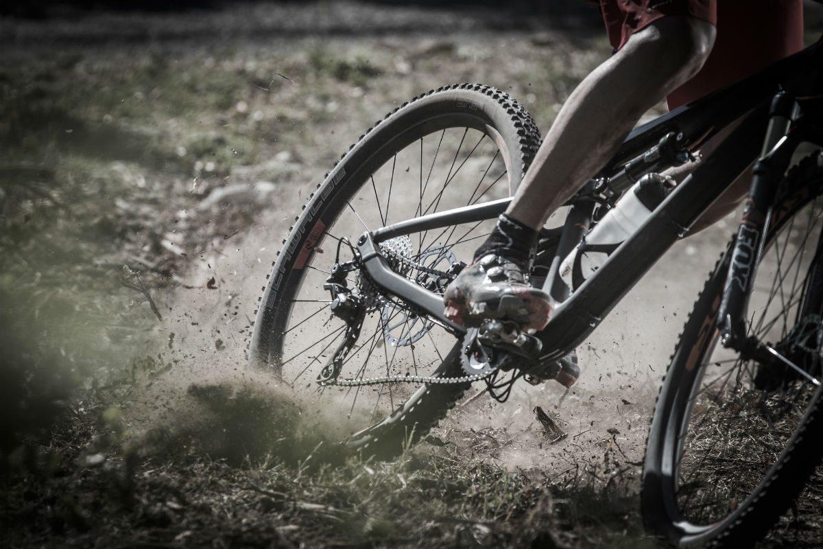 Rijden zonder chainstay protector? Dan kun je schade aan je achtervork krijgen als het erg hevig aan toe gaat. Een oude binnenband is een prima oplossing tegen schade.