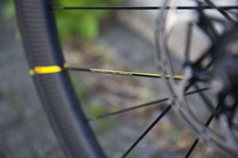 De gele streep en de subtiele gele spaak zijn het enige waaraan je de Mavic racefietswielen zou herkennen.