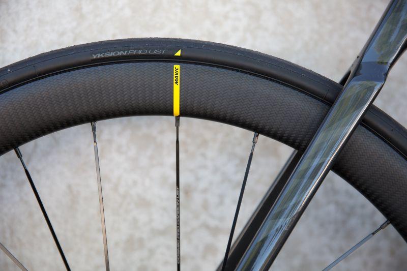 Het subtiele gele driehoekje op de banden kun je prachtig uitlijnen met de gele streep op de velgen.