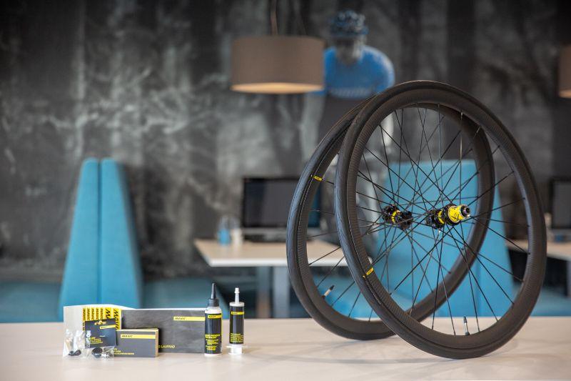 Naast een setje strakke velgen krijg je bij de nieuwe Mavic racefiets wielsets ook Mavics eigen banden en een complete set om ze tubeless te maken.
