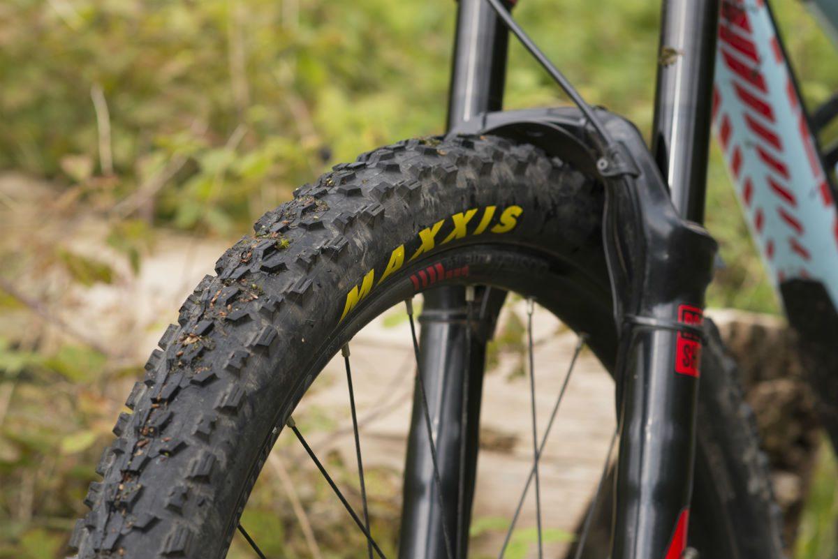 De mountainbike banden bollen mooi op de wielen van Bram.