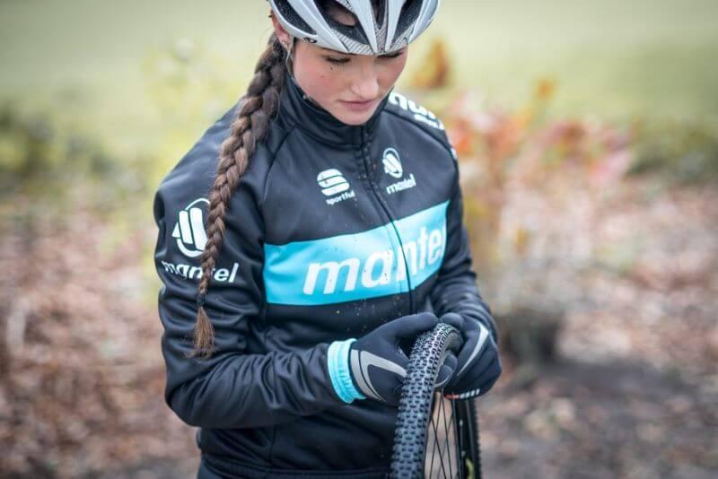 Quelque soit l'âge de vos pneus de vélo, c'est toujours une bonne idée de vérifier qu'il n'y ait pas de petites pierres coincées dans les rayures.
