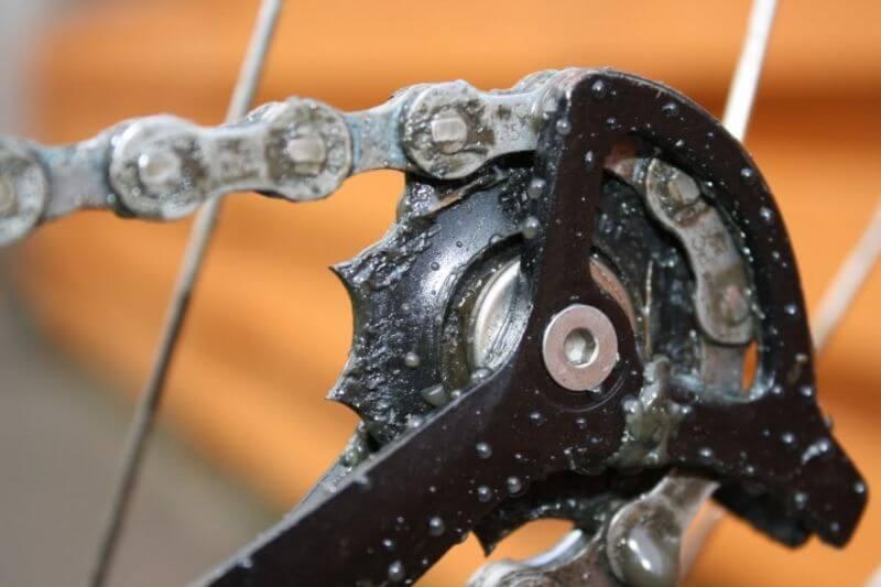 Les dents pointues du galet de dérailleur indiquent qu'il faut remplacer les galets de dérailleur.